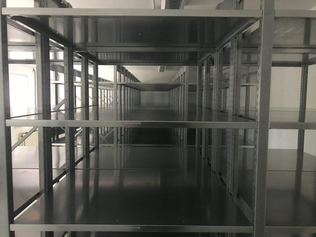 Blick in eine leere, neu aufgebaute Kompaktregalanlage
